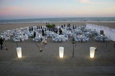 Montaje de mesas junto a la orilla del mar