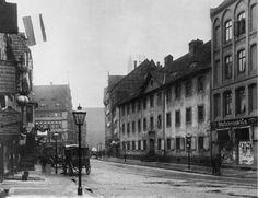 Schiedestrasse, im Hintergrund die Konturen der Marktkirche.  Das St.Spiritus-Hosptital hier am Nordende der Schmiedestrasse diente bis zum Abriss im Jahre 1895 als Kranken- und Siechenheim.  Photo-Archiv : Paul Seidenfaden