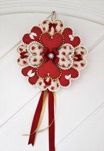 Step by step Heart Christmas wreath. Handmade Christmas Decorations, Felt Decorations, Valentine Decorations, Valentine Crafts, Christmas Wreaths, Valentines, Wreath Crafts, Felt Crafts, Diy And Crafts
