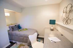 Diese sekundären Kinderzimmer verfügt über einen ruhigeren Farbpalette, mit grau und weiß mischen über einen dezent bunten Bereich Teppich. Das Bett selbst sitzt in einer Ecke Winkel für Privatsphäre.