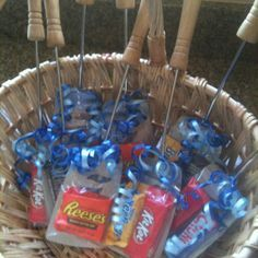 Candy Spatulas for Father's Day! Purchase spatulas, have the kiddos chose which pieces of candy they want for their daddy to put in treat bags, tape the top of the baggie to the spatula, add some curly ribbon, and a homemade card. Diy Father's Day Gifts For Grandpa, Cheap Fathers Day Gifts, Easy Father's Day Gifts, Fathers Day Crafts, Daddy Gifts, Diy 2 Ans, Daycare Crafts, Crafts For Kids, Daddy Day