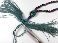 Malas are Buddhist prayer beads used for meditation. Traditionally 108 beads are strung and hand knotted in between each bead. Necklace Tutorial, Diy Necklace, Necklaces, Mala Bracelet Diy, Bracelets, How To Make Tassels, Diy Tassel, Jewelry Crafts, Jewelry Ideas