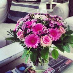 Blomster pynter i stuen fra Henrik og Pernille en buket mens jeg stadig var i 40'erne 50❤️