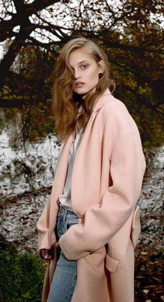 デニムにも合うピンク。なにげなく着ていた服が、ダスティピンクのアウターで蘇りそう!