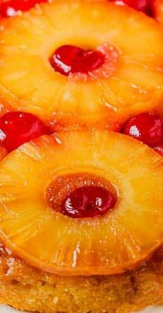 This classic Pineapple Upside-Down Cake has been a huge crowd pleaser for generations. Best Vanilla Cake Recipe, Apple Cake Recipes, Best Dessert Recipes, Amazing Recipes, Tropical Desserts, Sweet Desserts, Pineapple Upside Cake, Best Birthday Cake Recipe, 7up Pound Cake