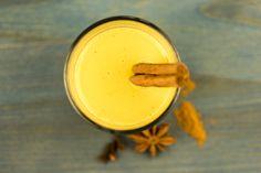 CURCUMA LATTE - l'alternative au café également appeléLe Lait d'Or Le Curcuma Latte, également appelé le lait d'or, dû à sa couleur jaune-orange de l'épice du curcuma, est une boisson délicieuse avectous les avantages du curcuma. Cet épice est un remède bien connuy compris pour la digestion, la fonction immunitaire, et anti-inflammatoire, grâce à un composant principal : la curcumine. Celle-cin'est plus à démontrer pour son effet anti-inflammatoire, et à réduire les se...
