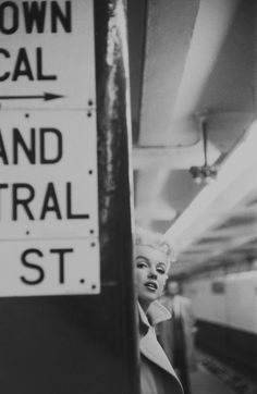Marilyn Monroe dans Manhattan à New York. Photographies de Ed Feingersh. Marilyn Monroe, in Manhattan, NYC.Photographer: Ed Feingersh. Steve Mccurry, Classic Hollywood, Old Hollywood, Hollywood Stars, The Blues Brothers, Intimate Photos, Patrick Demarchelier, Nyc Subway, Iconic Photos