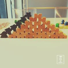 Piramide fatta con omini e pezzi del gioco da tavola Carcassone♡