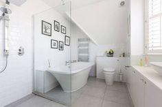 Dieses einfach, aber schöne Badezimmer von BTL Property LTD befindet sich in einem sehr gelungenen Reihenhaus. Den Rest des Hauses findet ihr im Artikel. #badezimmer #bathroom #reihenhaus #homify