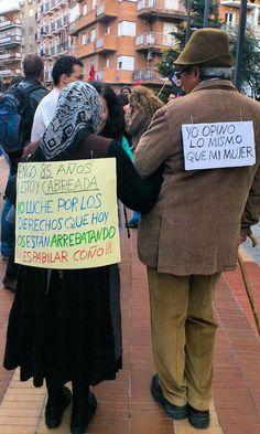Ancianos cabreados participan en las protestas del 15-M (2012).