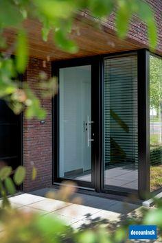 Une habitation compte de nombreuses portes intérieures et extérieures et celles-ci méritent bien sûr toutes votre attention. Mais, il y en a quand même une qui sort du lot. C'est bien évidemment la porte d'entrée. Elle est déterminante pour l'aspect de votre façade, mais c'est aussi la première chose que voient vos visiteurs. Soyez donc très attentif lors du choix de votre porte d'entrée. Front Door Entrance, Front Entrances, Aluminium Glass Door, House Gate Design, Marquise, House Front, Windows And Doors, Home Projects, Home Remodeling