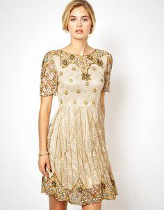 Dress yang satu ini penuh dengan ornamen yang memberi kesan mewah.