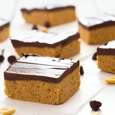 No-Bake Chocolate Peanut Butter Bars - Just 5 ingredients and no oven required! Peanut Butter Chocolate Bars, Chocolate Topping, Peanut Butter Recipes, Chocolate Peanuts, Chocolate Chocolate, Chocolate Recipes, No Bake Desserts, Just Desserts, Dessert Recipes