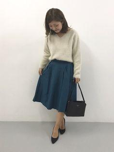 鮮やかカラーのスカートはバックテールになっていて、絶妙な丈感!今季一枚あると便利なアイテム♪ ふわふ