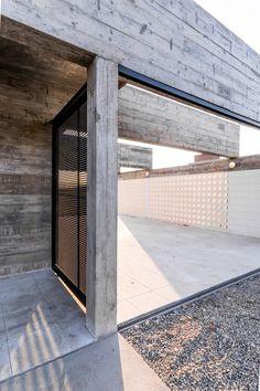 Na Argentina, o escritório Tectum investiu em concreto bruto e metal pintado de preto na hora de criar a Casa Corzuelas, que tem 160 metros quadrados e está localizada em ver mais