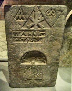 Metropolitan Museum, New-York : Byzantine stele from Egypt, VI°-IX° century, with Coptic inscription: Pliny the Doctor. Note the Ankh below - ancient symbol of eternal life.