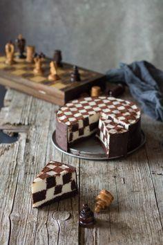 """""""Quando il gioco si fa duro, i duri incominciano a giocare."""" E questa volta con questa Torta a scacchi con crema oreo e' stata veramente una sfida... era da molto tempo che volevo provarla ... l'avevo vista in versione semplice con pandispagna in alcune trasmissioni televisive ma questa versio Chess, Oreo, Waffles, Breakfast, Cake, Recipes, Food, Halloween, Mini"""