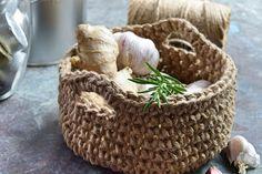 Rustik kurv af jutesnor, kurv hæklet af jutesnor. Få opskriften her Chrochet, Knit Crochet, Summer Nails, Jute, Diy And Crafts, Crochet Patterns, Basket, Creative, Inspiration