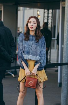 The ever radiant Sandara Park was at Paris Fashion Week to attend Chloé's F/W 2019 fashion show. Trendy Fashion, Fashion Show, Fashion Looks, Fashion Outfits, Paris Fashion, Sandara 2ne1, Sandara Park Fashion, 2ne1 Dara, Best Photo Poses
