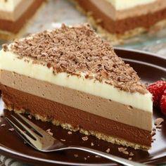 Ciasto bez pieczenia: mus z trzech czekolad [PRZEPIS] Polish Desserts, No Bake Desserts, Vegan Desserts, Bread Cake, Vegan Gains, Vegan Cake, Easy Food To Make, Vegan Treats, Yummy Cookies