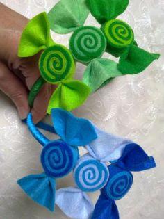 Diadema forrada de cinta de raso y adornada con tres caramelos de fieltro, se puede realizar en otros colores.