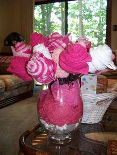 Bouquet de prendas bebe como centro de mesa para un baby shower de niña. #DecoracionBabyShower