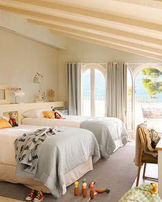 Dormitorio infantil con terraza frente al mar