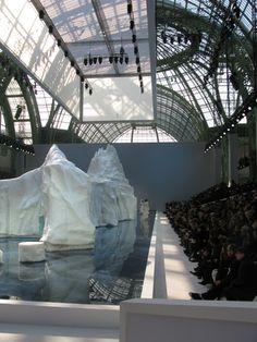 Resultados de la Búsqueda de imágenes de Google de http://www.glamour.com/fashion/blogs/slaves-to-fashion/0308-chanel-fall-2010-iceberg_fd.jpg
