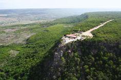 Pontal da Santa Cruz. O Geossítio Pontal da Santa Cruz está localizado a 4km de Santana do Cariri, na estrada que dá acesso ao topo da Chapada do Araripe.