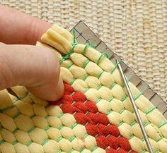 Woven rag coasters - Solte do papelão as argolas da urdidura Scrap Fabric Projects, Fabric Scraps, Homemade Rugs, Diy Home Repair, Diy Carpet, Loom Weaving, Diy Home Crafts, Weaving Techniques, How To Clean Carpet
