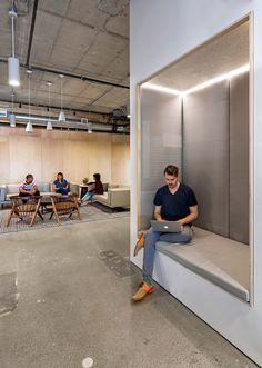Una oficina en un galpón industrial: los sillones empotrados en los paneles separadores aportan espacios de relax y semi-privacidad. En las oficinas de Yelp, en San Francisco.