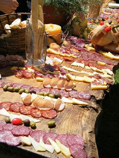 Una picada // An assortment of breads, cheeses, olives and cured sausages