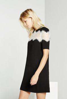 Découvrez les robes élégantes et habillés de la collection Claudie Pierlot  Automne-Hiver disponibles sur l eshop officiel. Livraisons et retours  offerts. 7553b6341ba3