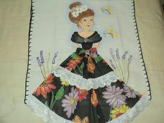 Pano de prato pintado com bonequinha com detalhe de saia feita de tecido com…