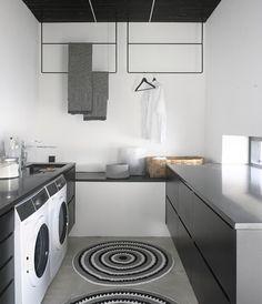 Toimiva ja tyylikäs kodinhoitohuone Laundry Storage, Laundry In Bathroom, Laundry Area, Homekeeping, Scandinavian Home, Cozy Living, Stacked Washer Dryer, Mudroom, Interior Design Living Room