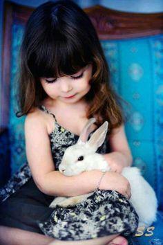 Meisje met konijn.