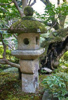 New eBook ($1.95) about Japanese stone lanterns! Christian lantern - Kurishitan tōrō (キリシタン燈籠) or Oribe stone lantern - (織部燈籠) in the garden of Shūgaku-in Rikyū (修学院離宮)in Kyoto. Click here for details: http://www.japanesegardens.jp/gardens/famous/000049.php