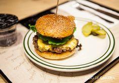 고메이 494의 브루클린 더 버거 조인트의 '브루클린 웍스'. 아메리칸 치즈와 양파, 피클, 토마토, 양상추, 홈메이드 소스, 베이컨이 패티와 풍성하게 들어가 있는 햄버거지요. 야채가 어우러져있어 고소한 맛이 입안 가득 퍼집니다.