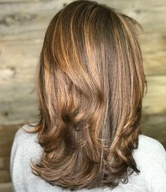 Keep a gorgeous layered brunette looking healthy and shiny. And, one way to do so is by combatting the dryness with a moisturizer. Latest Hairstyles, Hairstyles Haircuts, Medium Length Hair Cuts With Layers, Medium Layered Haircuts, New Hair, Makeup Tips, Beauty Hacks, Moisturizer, Hair Beauty