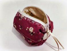 Bolsinha prática de mão ou para carregar dentro da bolsa maior. Confeccionada com tecido 100% algodão e estruturada com manta acrílica. Excelente opção para presente. R$ 15,00
