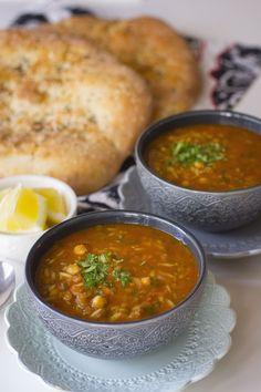 Harira är en nyttig och mättande soppa från Marocko. Det är en traditionell rätt som oftast serveras under ramadan (fastemånad). Den är stärkande och passar därför perfekt att bryta fastan med efter en lång dag. Bredvid har man gärna dadlar och ett glas mjölk. Harira kan även tillagas med kött men jag gör min vegetarisk. Linserna och kikärtorna fyller ut soppan, alla kryddor och grönsaker ger den dess fylliga och mustiga smak. Fantastiskt god och smakrik soppa. 6 portioner harira 1 gul… Easy Healthy Recipes, Veggie Recipes, Soup Recipes, Vegetarian Recipes, Recipies, Turkish Dolma Recipe, Moroccan Soup, Ramadan Recipes, Rabbit Food