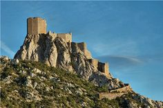 Perché à 728 mètres d'altitudes, sur un étroit piton rocheux, le château de Quéribus domine le village de Cucugnan, immortalisé par les Lettres de mon moulin d'Alphonse Daudet. Ce majestueuxtémoignage de l'architecture gothique est le dernier bastion de la résistance cathare, tombé en 1255