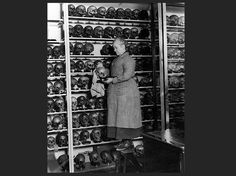 Museum : cleaning skulls, early 20th century.
