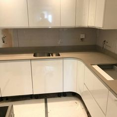 This white glossy kitchen features the Magnifico De Lusso quartz. It is a lovely combination that is fit for a modern home. High Gloss White Kitchen, Kitchen Ideas, Kitchens, Kitchen Cabinets, Quartz, Fit, Modern, Home Decor, Trendy Tree