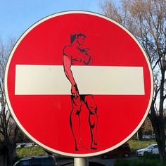 Love this style of street art. Hailing from the streets of Florence Clet Abraham has done a variety of work altering actual street signs. The police in Florence have actually stopped trying to arrest him. 3d Street Art, Street Art Graffiti, Street Artists, Art Ninja, Urbane Kunst, Street Signs, Outdoor Art, Land Art, Banksy