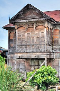 The Old Teak House  This rather beautifully ornate teak house is in Thonburi, very close to the Portuguese Church of Santa Cruz. It is in rather a dilapidated state but must have been quite something when new despite the rather incongruous corrugated tin roof.