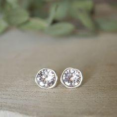 Laat je oren stralen! Mooie oorknoppen met champagnekleurige Swarovksi stenen. Deze oorbellen zijn nikkelvrij, dus geven niet groen af! Deze oorbellen zijn er in het zilver, goud en rose goud.