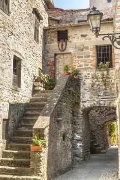 Filetto (Tuscany) - Ancient village Self-Adhesive Wall Mural.-Filetto (Tuscany) – Ancient village Self-Adhesive Wall Mural Style Toscan, French Style, Old Stone Houses, Mediterranean Home Decor, Mediterranean Architecture, House Architecture, Italian Home, Tuscan Decorating, French Cottage