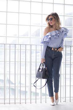 SIMOF 2017 – Mi Aventura Con La Moda. Blue and white striped one shoulder ruffle blouse+mom jeans+white pumps+black handbag+sunglasses. Spring Smart Casual Outfit 2017