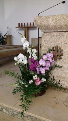 Church Flowers, Iglesias, Flower Arrangements, Floral Wreath, Wreaths, Home Decor, Floral Arrangements, Christmas Decor, Bottles